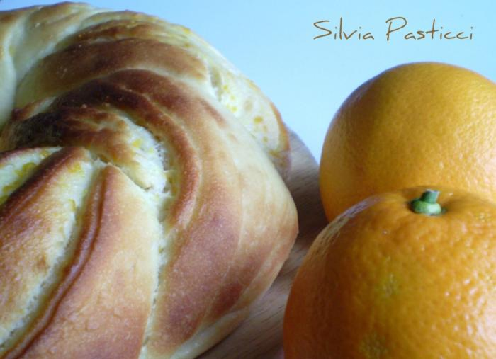 Corona di brioche all'arancia.