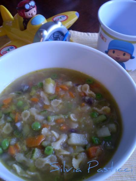 Minestrone di verdura per bambini.