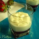 Mousse di cioccolato bianco con fragole.